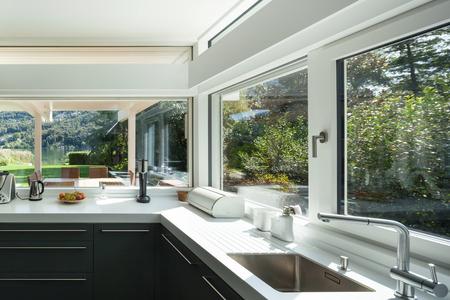 内部の家、モダンなキッチンのビュー 写真素材 - 49781312