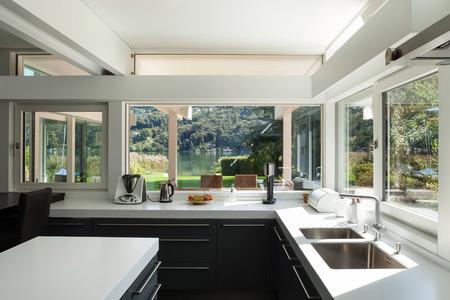 ventanas abiertas: Casa interior, vista de una cocina moderna Foto de archivo