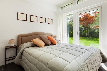 cama: Arquitectura, cómoda habitación de una casa moderna Foto de archivo