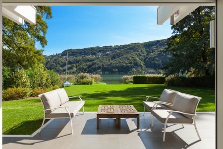 Moderní dům venku, krásné veranda v zahradě Reklamní fotografie