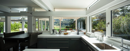 ventana abierta interior: Casa interior, vista de una cocina moderna Foto de archivo