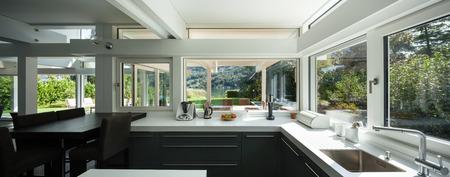 interieur huis, met uitzicht op een moderne keuken Stockfoto