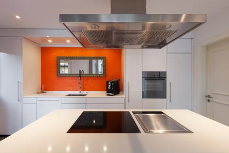 家、現代の台所のコンロを間します。