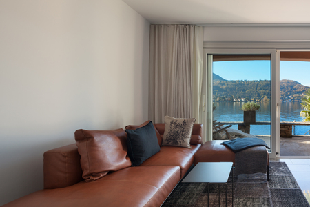 divan: Inter de casa, moderna sala de estar, div�n de cuero