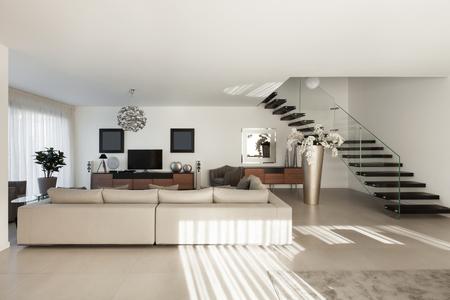 ventana abierta interior: Inter de un apartamento moderno, confortable sala de estar