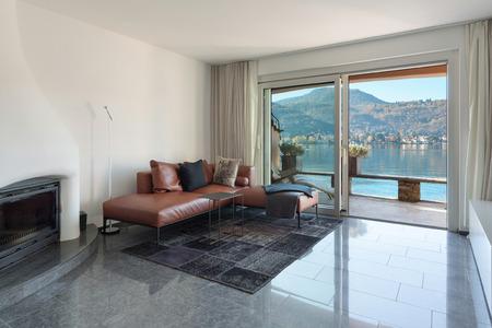 Interno della casa, salotto moderno, pavimento in marmo