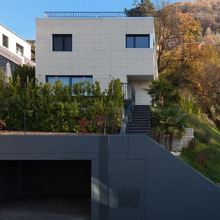 case moderne: esterno di una casa moderna, vista dalla strada