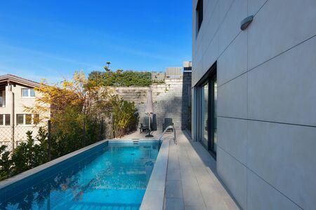 cielos abiertos: exterior de una casa moderna, piscina Foto de archivo