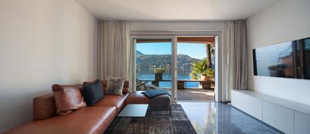 divan: Interior de la casa, moderna sala de estar, diván de cuero