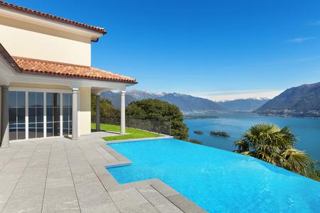 マッジョーレ湖のテラスからの景色、プールのある家 写真素材