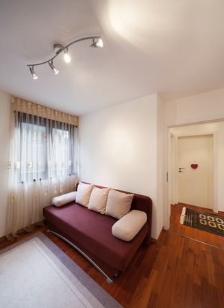 divan: habitaci�n de un apartamento moderno, sof� cama Foto de archivo