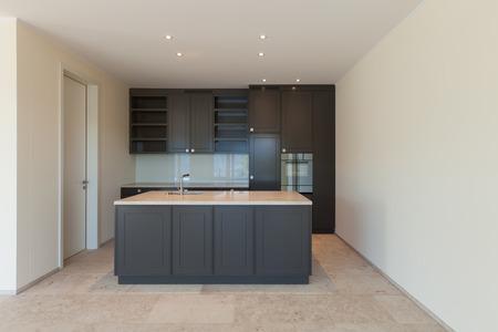 Interni, cucina moderna di un nuovo appartamento