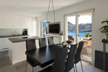 Interieur des Hauses, eine moderne Küche mit schwarzen Esstisch