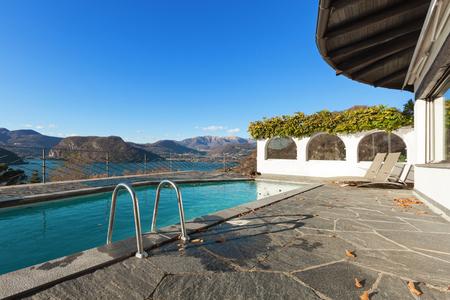 cielos abiertos: casa con piscina, vista al lago