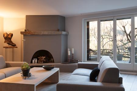 ventana abierta interior: Interior de la casa, cómoda sala de estar con chimenea moderna Foto de archivo