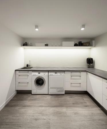 L'Inter di casa, lavanderia con pavimento in legno Archivio Fotografico