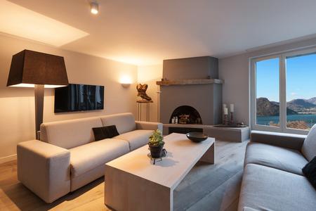 집의 인테리어, 벽난로와 현대적인 편안한 거실 스톡 콘텐츠
