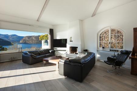 ventana abierta interior: Inter de casa, cómoda sala de estar moderna con amplia ventana Foto de archivo