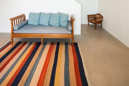 divan: Inter de una casa moderna, sala con alfombra diván y rayas Foto de archivo
