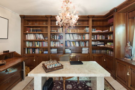 Oficina en estilo clásico, mesa de mármol en primer plano Foto de archivo - 53298746