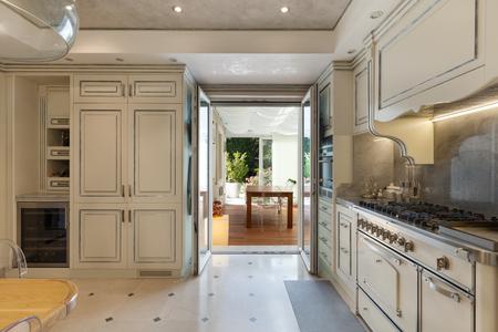 Cucina domestica in stile classico, veranda vista Archivio Fotografico - 53298815
