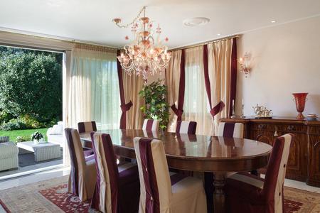 komfortní jídelna domu, klasický designový nábytek Reklamní fotografie