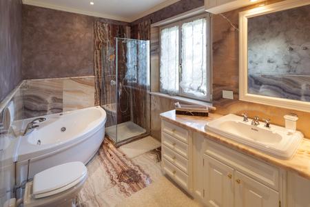 canicas: clásico baño de diseño con bañera y suelo de mármol