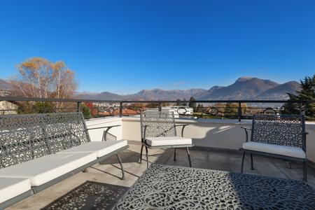 cielos abiertos: hermosa terraza con muebles de jardín, fuera