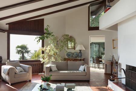 salon van een rustiek huis; divan en fauteuil Stockfoto