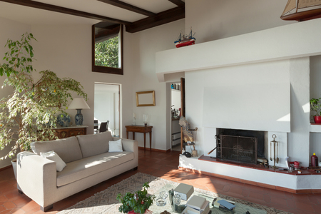 divan: habitación de una casa rústica vivo; diván y chimenea