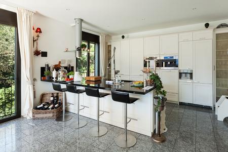 ventana abierta interior: interior de la cocina moderna en la casa de lujo Foto de archivo