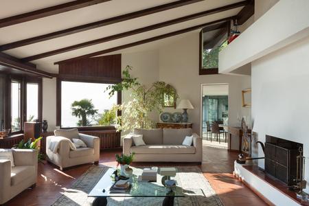 Wohnzimmer eines rustikalen Haus; Sofa und Sessel
