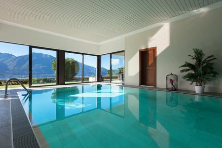 huis met tuin, Overdekt zwembad Stockfoto