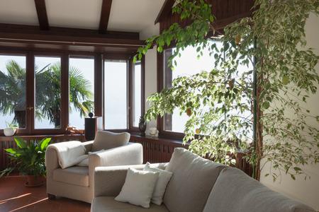 divan: habitación de una casa rústica vivo; diván y sillón Foto de archivo