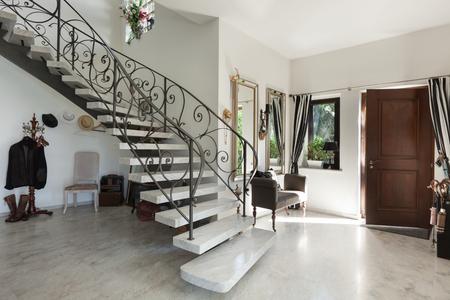 Binnenland van het Huis met trap in de grote hal met marmeren vloer
