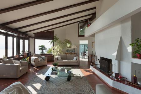 Interni; stanza di una casa rustica vivente; divani e camino Archivio Fotografico - 53297694