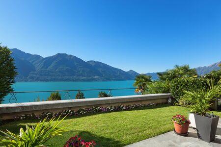schöne Terrasse mit grünem Rasen, Blick auf den See