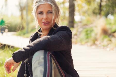 屋外で 50 歳の女性