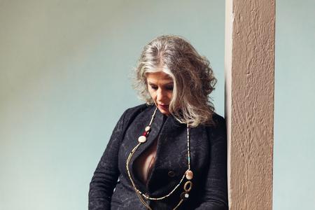 mujer elegante: Mujer elegante que se apoyan en pilares