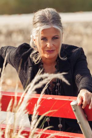 mujeres ancianas: mujer de cincuenta años en el exterior