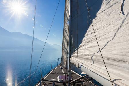 voilier ancien: Voilier en journée ensoleillée dans le lac, solitaire