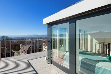 case moderne: Architettura, luminosa terrazza di un attico, cielo blu Archivio Fotografico