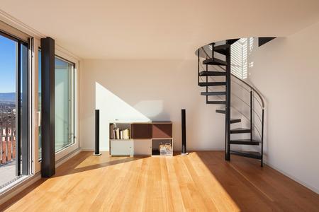 Interni, ampio spazio aperto di un duplex, pavimento in parquet