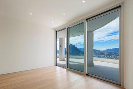 넓은 테라스와 현대 펜트 하우스의 인테리어, 빈 방