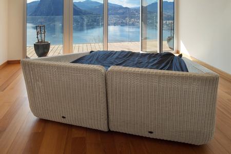 cielos abiertos: El interior del apartamento moderno, habitación vacía con una cama Foto de archivo