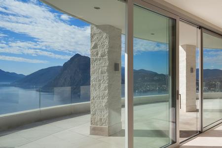 Inter van een penthouse, kamer met grote ramen, panoramisch terras Stockfoto