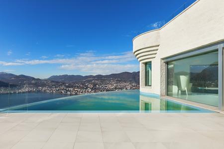 Bella casa moderna con piscina a sfioro, esterno Archivio Fotografico - 54366190