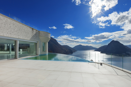 pool side: modern penthouse with infinity pool, exterior Stock Photo