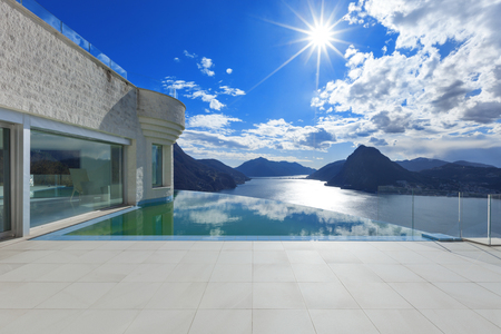 modern penthouse with infinity pool, exterior Foto de archivo