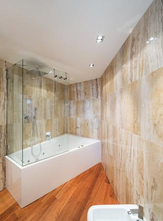 cabine de douche: Intérieur de salle de bains en marbre avec baignoire design moderne